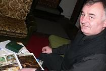 Vikář Václav Pícha nad fotografiemi z Betléma.