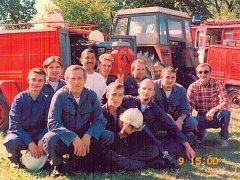 Členové  rájovského sboru dobrovolných hasičů z doby před několika lety na jedné z okrskových soutěží.