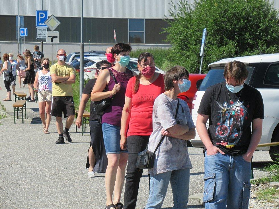 Hromadné testování zaměstnanců prachatické společnosti v červenci 2020, každou hodinu postoupilo odebrání vzorků z nosohltanu asi 25 lidí.