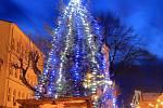 11. Vánoční strom na náměstí v Benešově nad Černou.