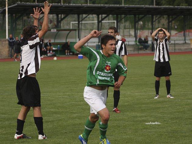 V 72. minutě se Jiří Babouček (vpravo) prosadil v souboji s Ondřejem Vosickým (vlevo) a hlavou vyrovnal na 2:2. Po závěrečném hvizdu se ale více radoval jmenovaný hostující hráč, který čtyři minuty před koncem pečetil výhru Admiry gólem na 2:4.