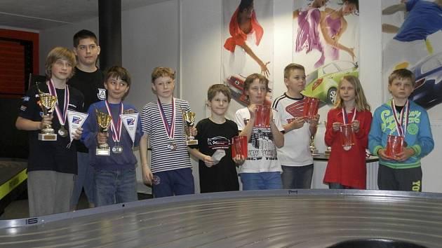 Úspěšní modeláři, mezi kterými je Filip (třetí zleva).