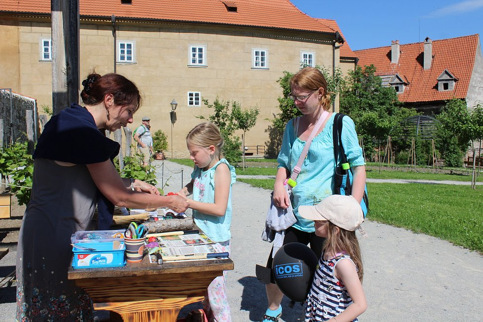 V klášterní zahradě mají hmyzí hotel, při jeho stavbě pomohli návštěvníci.