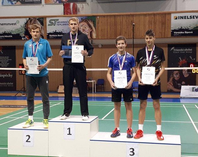 Na stupních vítězů dvouhry juniorů se vedle v SKB hostujících Jiřího a Ondřeje Králových postavili ještě krumlovský mladíček Tomáš Švejda a budějovický Jan Janoštík (zleva).