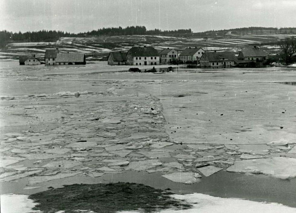 Frymburák Josef Junek zachytil napouštění lipenské přehrady. Únorové tání v r. 1958 zalilo i několik stále obydlených domů v zátopovém pásmu.