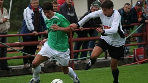 Tentokrát na postu útočníka hrál kaplický David Janků (vlevo, na snímku z minulého domácího utkání s Milevskem v souboji s hostujícím Jelenem).