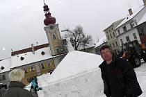 Kašnu ze sněhu budila značnou pozornost obyvatel Kaplice.