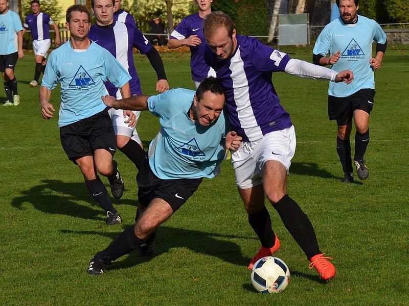 Zlatokorunský kapitán Pavel Zayml (vlevo v popředí) v této chvíli Patrika Hoška nezastavil, domácí ve šlágru podzimu prohrávali, ale nakonec prošli první půlí sezony s čistým štítem.