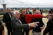 Unikátní Stezku korunami stromů na Kramolíně s výhledem na lipenské jezero v pátek oficiálně otevřel prezident republiky Václav Klaus.