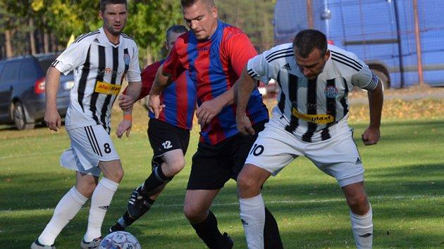 Select OS muži – 8. kolo: SK Holubov (červenomodré dresy) – FK Spartak Kaplice B 2:1 (1:1).