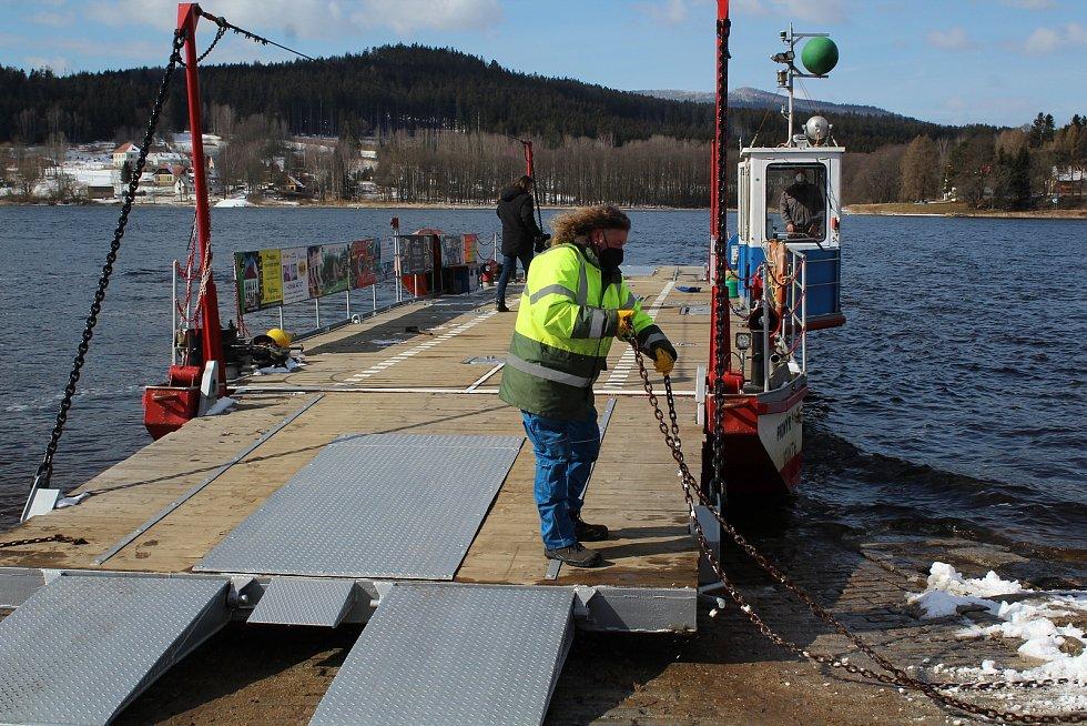 Hornoplánský přívoz byl v pondělí znovu spuštěn na lipenské jezero.