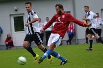 Autor české branky z finálového utkání ME 96 Patrik Berger (u míče sledovaný Martinem Vozábalem) jedním gólem přispěl i k remíze 5:5 v zajímavé exhibici.
