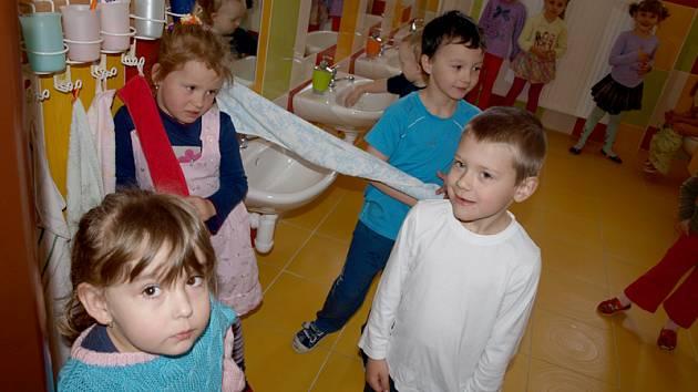 Děti z rožmitálské mateřské školy v nové moderní umývárně.
