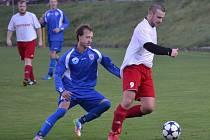 OPM - 9. kolo: FC Vltava - Křemže 1:1 (1:0). Sedmou trefou v sezoně otevřel skóre domácí Michal Toman (vlevo za křemežským Petrem Koubou), ale hosté po pauze srovnali a nakonec vybojovali cenný bod.