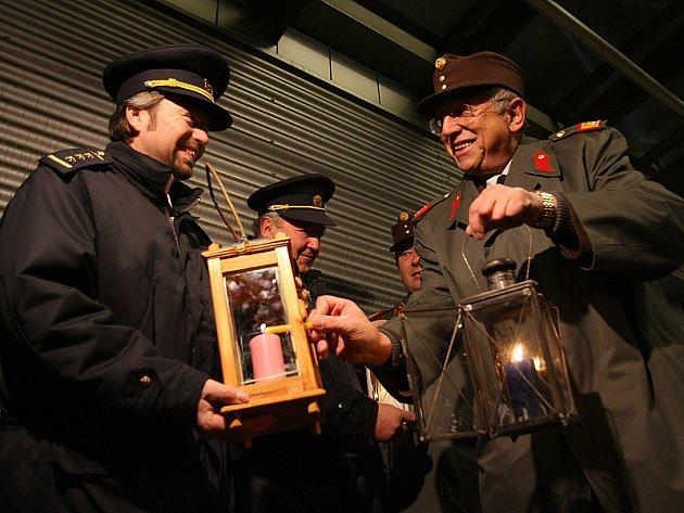 Hasiči z hornorakouského okresu Freistadt předali v sobotu v prostorách bývalé celnice Wullowitz betlémské světlo českokrumlovským hasičům. Letos se tak stalo již podvacáté, přičemž poprvé byl vánoční plamínek předán 23. prosince roku 1989.