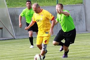 Přátelské utkání starých gard: FK Dolní Dvořiště (zelené dresy) - Dukla Praha 6:12 (2:9). Foto: Pavel Panský