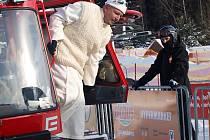 Novou rolbu, která je darem od elektrárenské společnosti a Jihočeského kraje, budou Lipenští využívat k úpravě běžeckých stop i ledové dráhy na jezeře. Předtím, než požehnal nové lyžařské sezoně, si posezení v ní vyzkoušel i páter Ivan Marek Záleha.