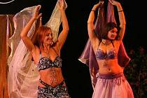 """Že si orientální tance již našly příznivce i mezi muži, o tom není díky slušivým """"uniformám"""" tanečnic sporu. Někteří muži však této zálibě propadli i aktivně. """"Spíše to ale někdy může vzbudit úsměv na tváři,"""" říká Eliška Rolníková (vpravo)."""
