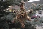 Netradiční ozdoby na vánočním stromě v Besednici.