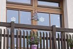 Že nastal vánoční čas, připomíná i výzdoba oken domů v Besednici.