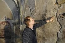 Památkář a odborník na staré umění Roman Lavička kontroluje stav gotické fresky.