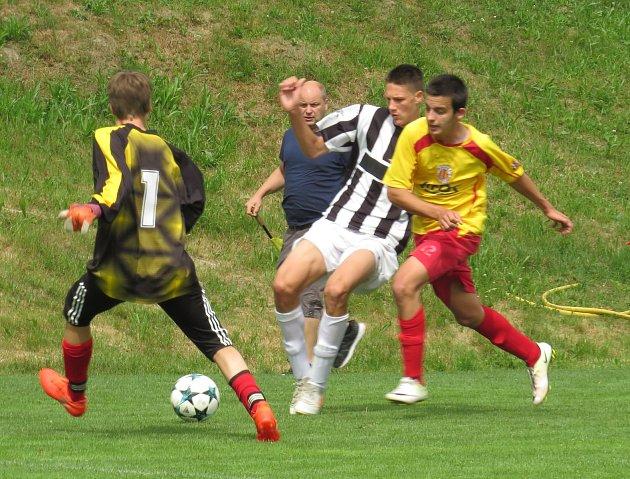 Oblastní I.A třída dorostu – 24. kolo: Spartak Kaplice / Dynamo Vyšší Brod (bíločerné dresy) – Sokol Kamenný Újezd / FC Velešín 19:0 (9:0).