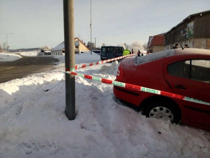 Osobní auto narazilo ve čtvrtek ráno do domu v Černé v Pošumaví.