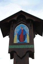 V Křenově byl slavnostně odhalen nový dřevěný mariánský sloup, jehož rekonstrukce se ujali terapeuti a pacienti léčebny Červený dvůr.