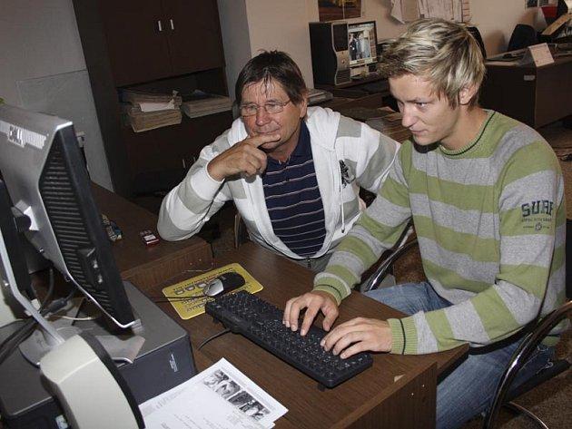 Jaroslav Sedláček (na snímku vlevo) odpovídá za pomoci svého syna Tomáše v redakci Českokrumlovského deníku na dotazy čtenářů.