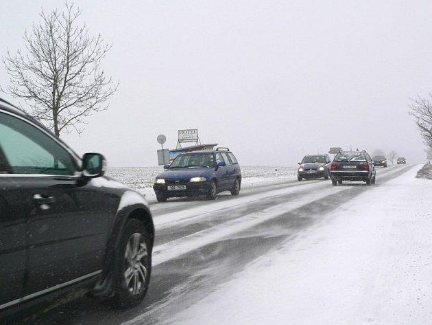 Zasněžená silnice u Zlaté Koruny, týden před Velikonocemi 2013.