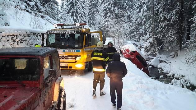U Pohorské Vsi sjelo auto do potoka, vytahovali ho profesionální hasiči z Kaplice a dobrovolní hasiči z Malont.