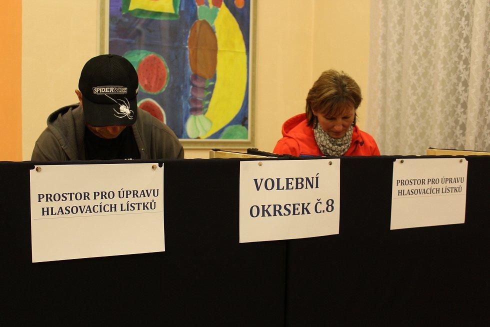 Do jídelny gymnázia v Kaplici přicházejí voliči okrsků číslo 6 a 8. V pátek večer ve volební účasti vedl okresek č. 6,  který dosáhl zatím 40 procent. Druhý okrsek v té chvíli dosahoval 35 procent. Volby plynuly v poklidu.