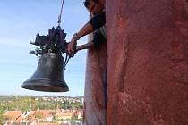 Zvon svatý František byl usazen do věže českokrumlovského zámku.