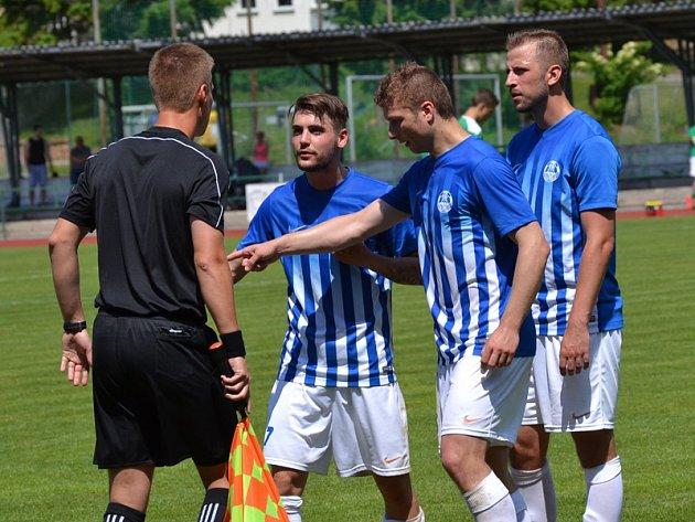Fortuna divize A - 28.kolo: FK Slavoj Český Krumlov (zelené dresy) - FK Ostrov nad Ohří 2:0 (2:0).