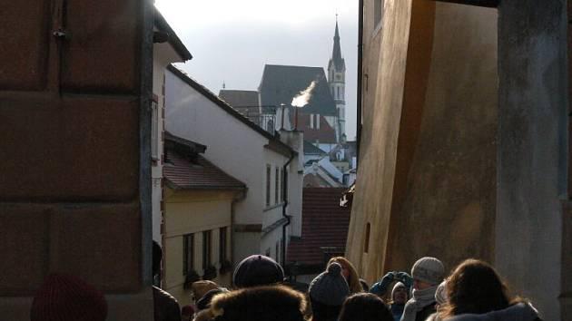 Po Zámeckých schodech s výhledem na Svatého Víta. To není Praha, ale Český Krumlov.