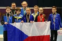 Výběr mladších žáků ČR, který na turnaji v Pécsi vybojoval skvělé bronzové medaile (zcela vpravo krumlovský tahoun družstva Patrik Fuciman).