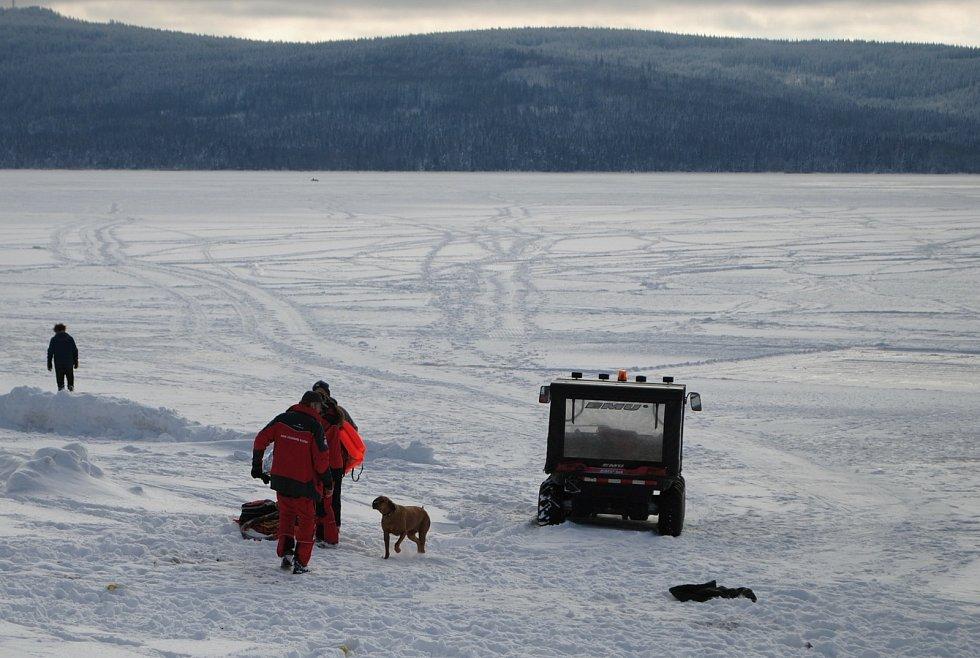 První na místě byli krumlovští vodní záchranáři, kteří mají na Dolní Vltavici základnu. Koně dostali z ledové vody s pomocí hasičů.