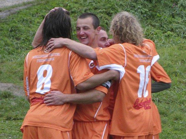 Oranžovou mašinu při podzimním tažení řídil kapitán a se čtrnácti góly nejlepší střelec týmu Josef Micák (uprostřed v klubku radujících se spoluhráčů).