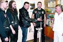 Novou váhu předali v pátek ráno motorkáři dětskému oddělení českokrumlovské nemocnice. Vpravo na snímku primář dětského oddělení Jan Eliášek.