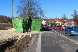 Nehoda nákladního automobilu zastavila na několik hodin provoz na silnici v úseku od Kamenného Újezdu směrem Český Krumlov.