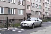 Zaparkovaná místa už neblokují branky.