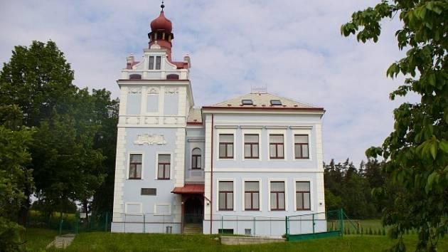 Bývalá škola ve Věžovaté Pláni.