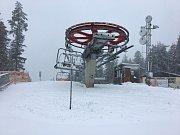 Na sjezdovky na Lipně padá od rána přírodní sníh.