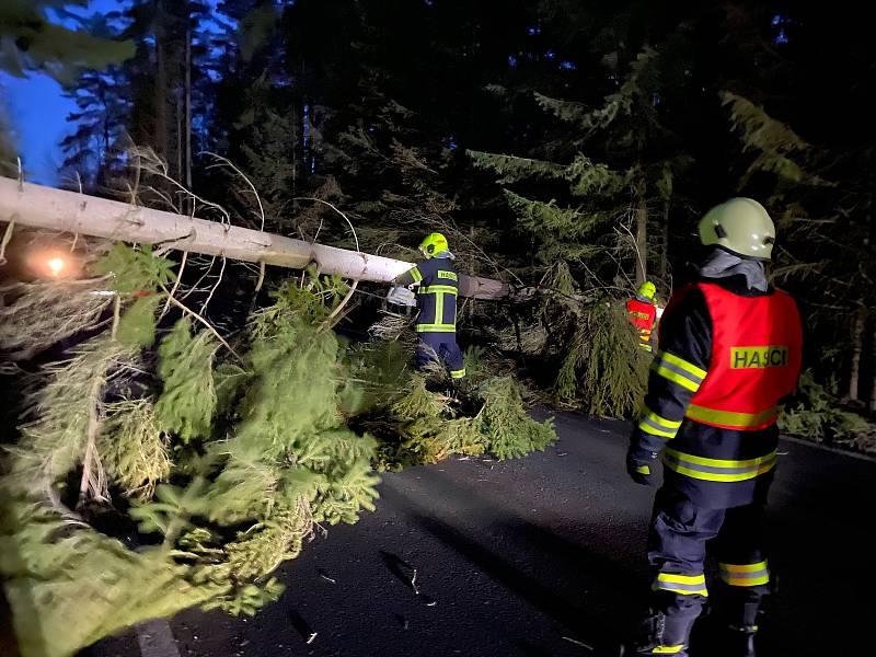 Velešínští hasiči odklízeli stromy mezi Nádražím - Veleším a Skřidly na Českokrumlovsku.