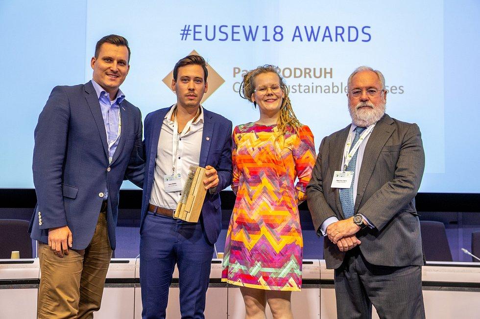 Zleva: Jakub Hořický, Pavel Podruh, Pirjo Jantunen ze Světové energetické rady a Miguel Arias Cañete na předávání ceny Evropské komise v oblasti udržitelné energetiky v Bruselu.