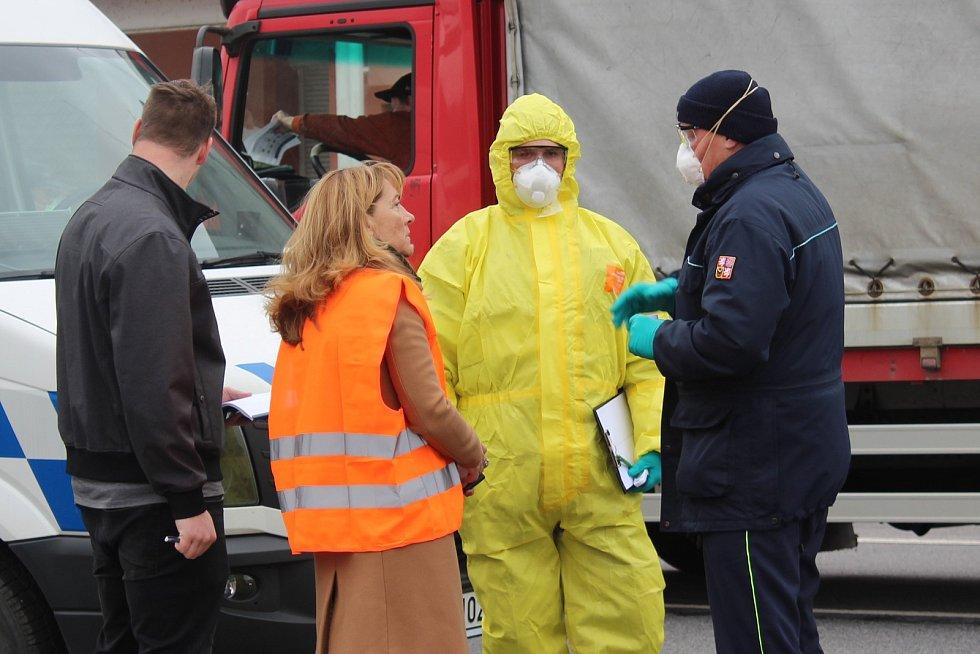 Zeptat se hasičů, jestli nepotřebují pomoc, přijela ředitelka Krajské hygienické stanice Kvetoslava Kotrbová (na snímku).