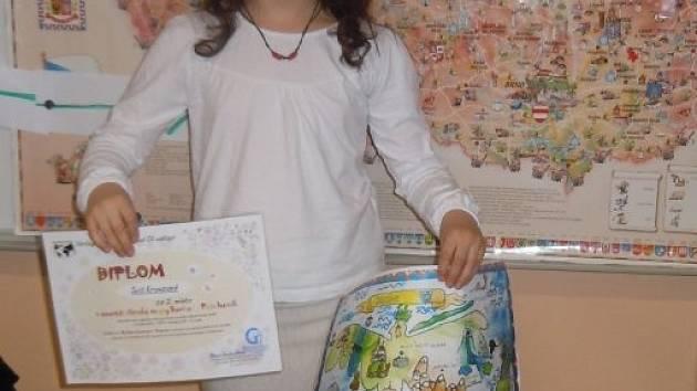 Čtvrťačka Julie malování miluje.