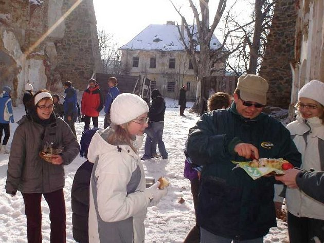 Zhruba čtyři desítky lidí se zúčastnily mše  v Pohoří.  V presbytáři je  jenom oltář z kmene, dřevěný kříž a obraz Panny Marie  Dobré Rady, které tam dali studenti teologie.
