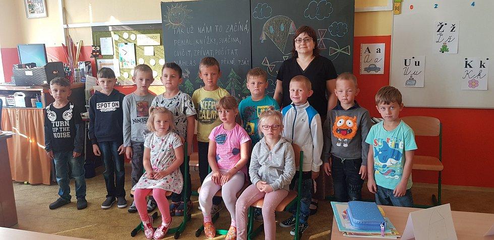 Besedničtí prvňáčci s paní učitelkou Petrou Matouškovou.
