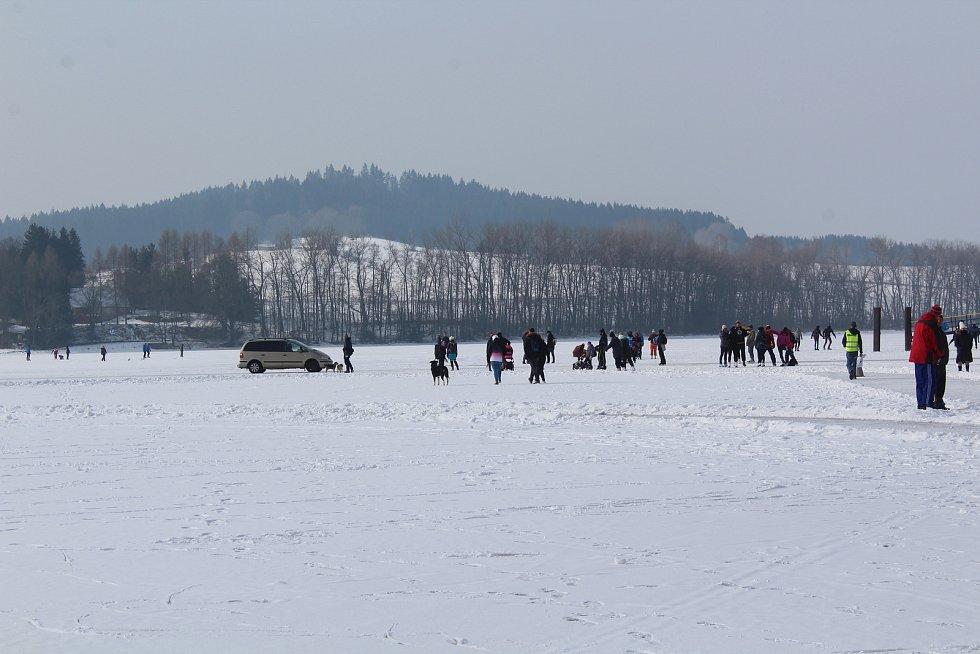 O víkendu v Horní Plané jezdilo přes zamrzlé Lipno jednou auto za druhým.